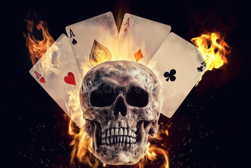 头骨和纸牌在火在黑背景 皇族释放例证