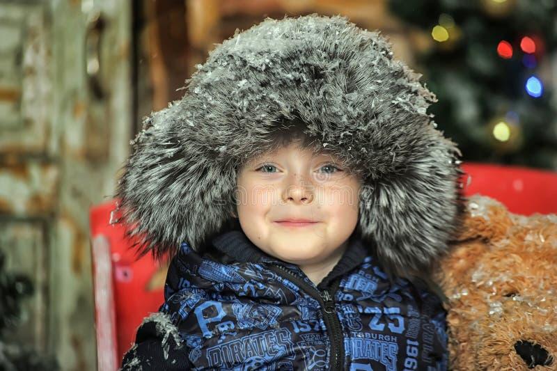 夹克和裘皮帽的男孩 库存图片