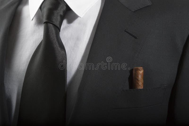 夹克和领带与古巴雪茄在口袋,意大利时尚 免版税库存图片