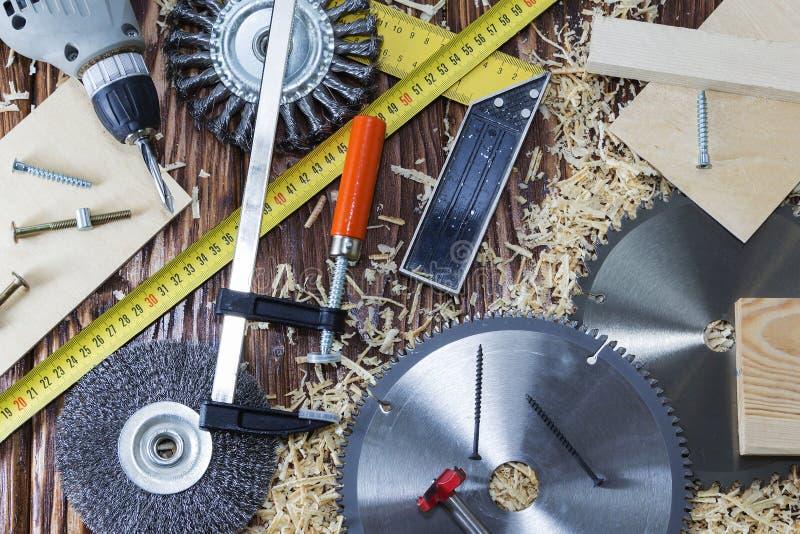 夹子、凿子和芯片的构成在桌面上在木车间 免版税库存照片