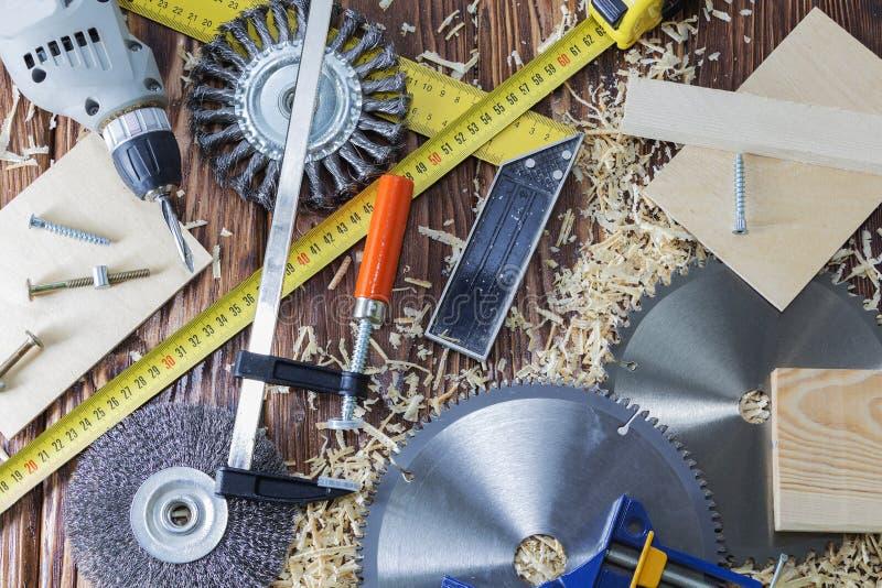 夹子、凿子和芯片的构成在桌面上在木车间 免版税图库摄影
