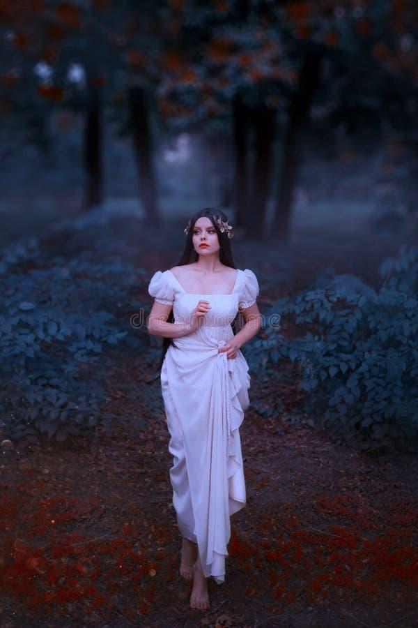 奇妙,难以置信的希腊爱神,美之女神,下降接地 有长的黑发的年轻女人在白色 免版税图库摄影
