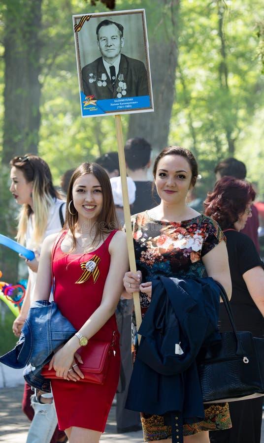 奇姆肯特,哈萨克斯坦- 2017年5月9日:不朽的军团 人民间节日  红色的胜利的宴餐 免版税库存照片