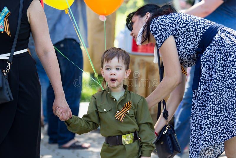奇姆肯特,哈萨克斯坦- 2017年5月9日:红军和苏联人民的胜利宴餐的男孩伟大爱国的 库存照片
