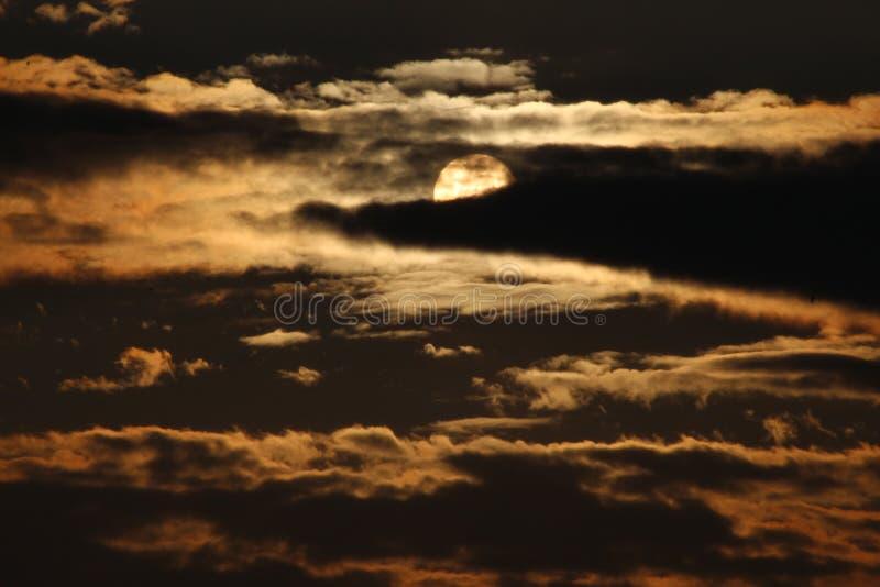 奇异的浑浊日落,橙色震动 库存图片