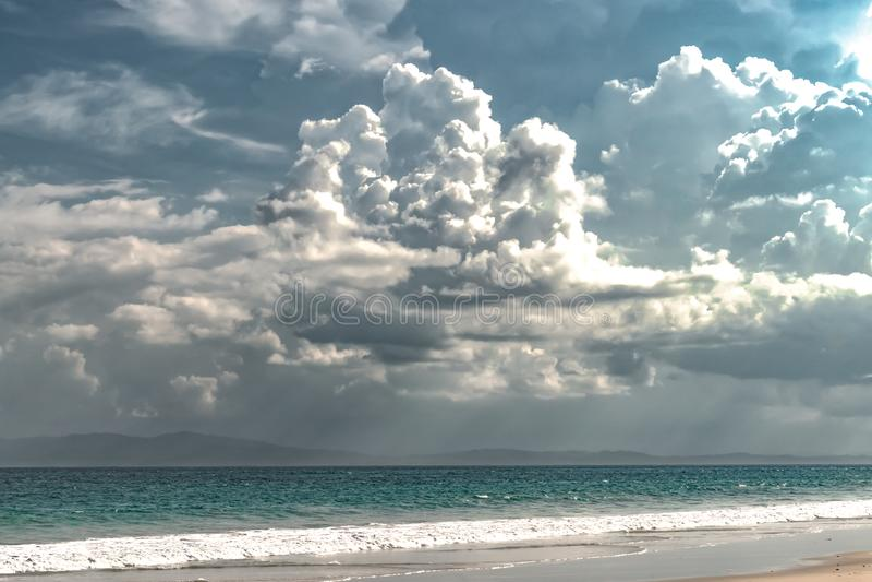 奇怪的天气现象风景由于气候变化,包括沿着自然海滩的剧烈的乌云在季风 免版税库存图片