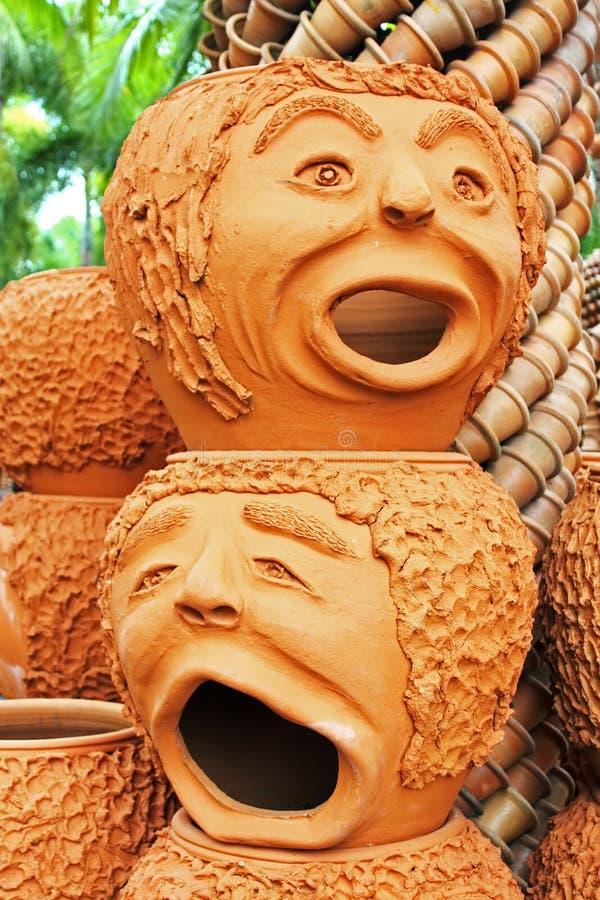 奇怪的罐雕塑看起来人面在Nong Nooch热带庭院里在芭达亚 库存图片