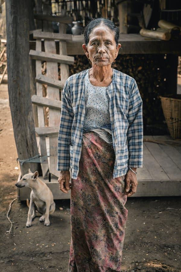 奇恩角部落村庄的被刺字的妇女,缅甸 免版税库存图片