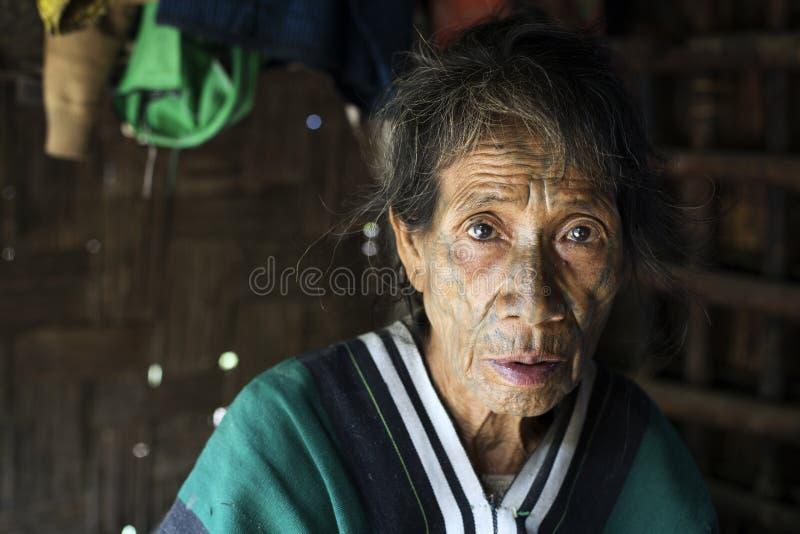 奇恩角部落被刺字的妇女 库存图片