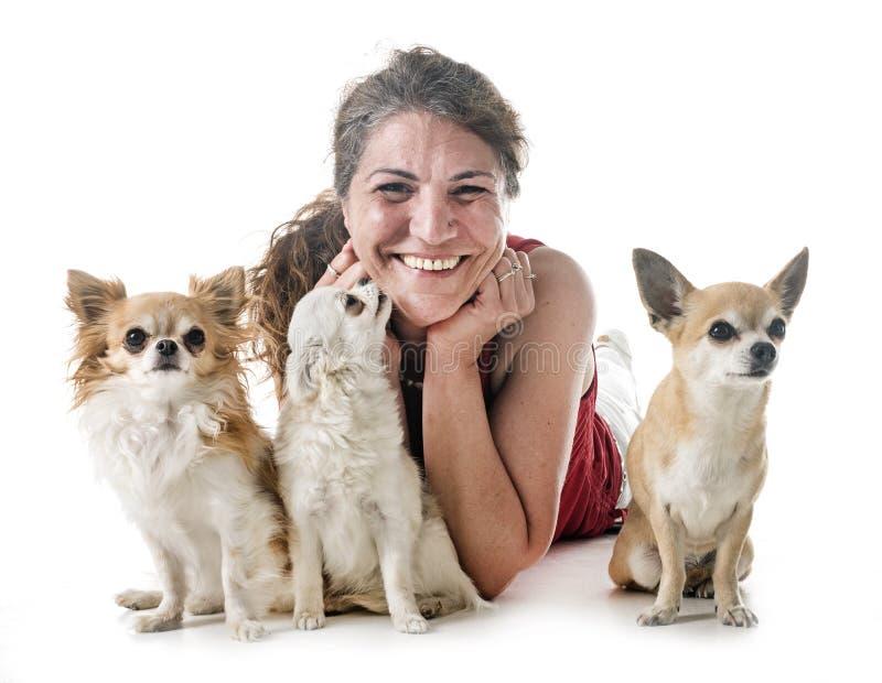 奇瓦瓦狗、所有者和守纪 免版税库存图片