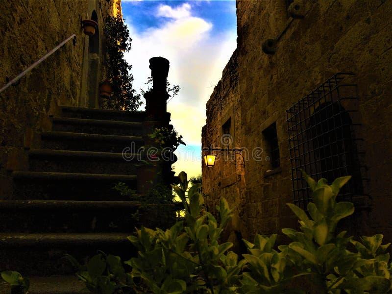 奇维塔二巴尼奥雷焦,维泰博,意大利省的镇  历史、建筑学、楼梯、灯、天空、墙壁和秀丽 图库摄影