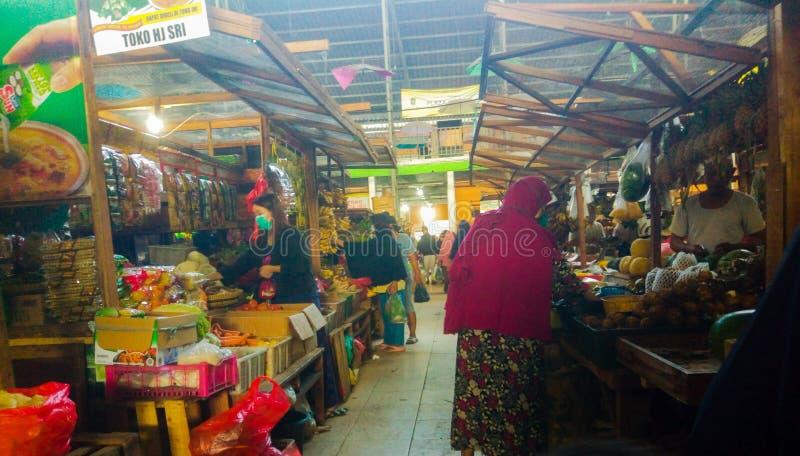 奇莱贡,2020年4月4日,电晕病毒爆发covid-19时,人们在传统市场上购买必需品 免版税库存图片