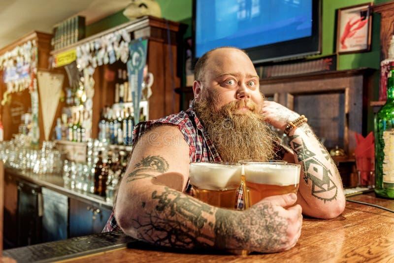 奇迹有胡子的男性品尝啤酒 库存照片