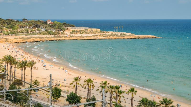奇迹海滩的日光浴者在塔拉贡纳,西班牙 免版税库存图片