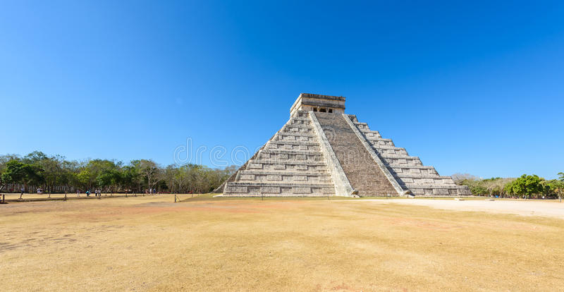 奇琴伊察- El卡斯蒂略金字塔-古老玛雅人寺庙废墟在尤加坦,墨西哥 库存图片