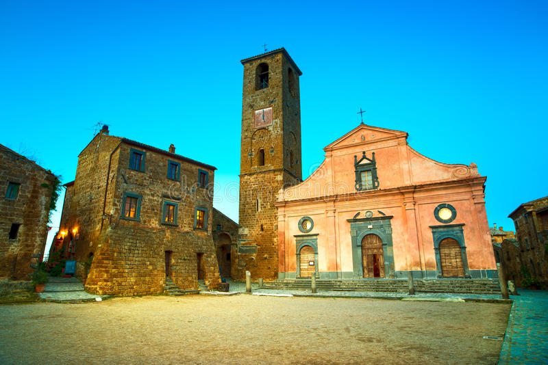 奇维塔二巴尼奥雷焦地标,在微明的中世纪村庄视图 免版税库存图片