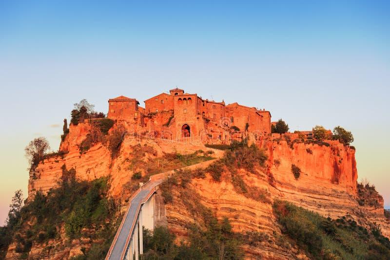 奇维塔二巴尼奥雷焦地标,在日落的桥梁视图 意大利 免版税库存照片