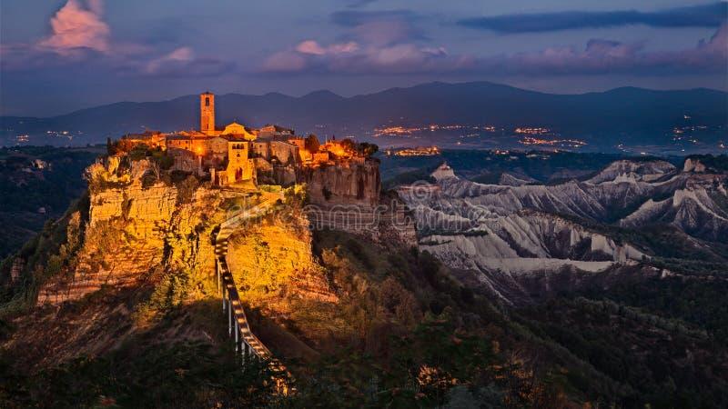 奇维塔二巴尼奥雷焦,维泰博,拉齐奥,意大利:在微明的风景 库存图片