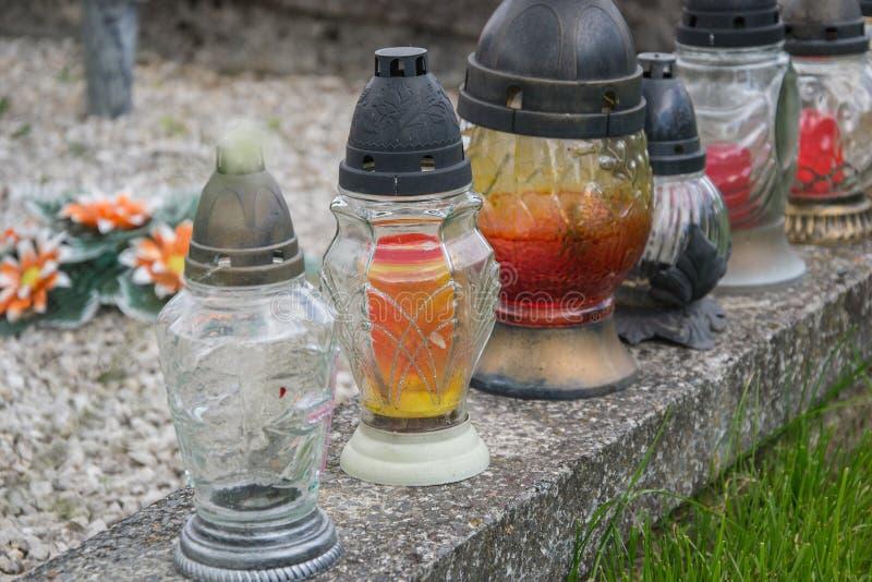 奉献的蜡烛在坟墓的灯笼在斯洛伐克公墓 所有Saints& x27;天 诸圣日严肃  所有前夕尊敬 图库摄影