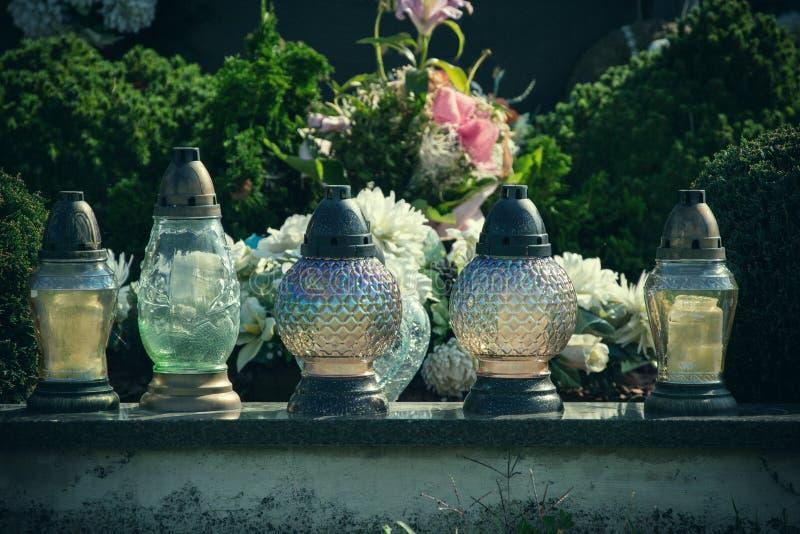 奉献的蜡烛在坟墓的灯笼在斯洛伐克公墓 所有Saints& x27;天 诸圣日严肃  所有前夕尊敬 库存照片