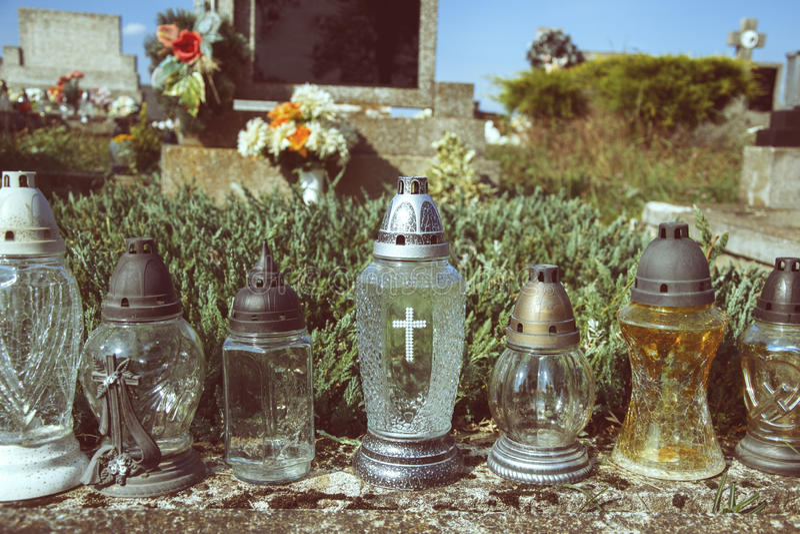 奉献的蜡烛在坟墓的灯笼在斯洛伐克公墓 所有Saints& x27;天 诸圣日严肃  所有前夕尊敬 库存图片
