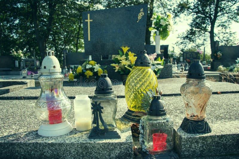奉献的蜡烛在坟墓的灯笼在斯洛伐克公墓 所有Saints& x27;天 诸圣日严肃  所有前夕尊敬 免版税库存图片