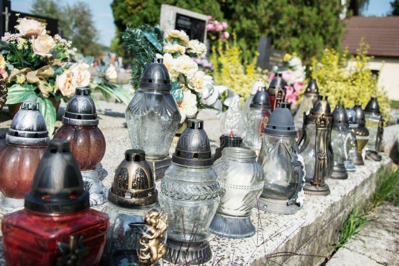 奉献的蜡烛在坟墓的灯笼在斯洛伐克公墓 所有Saints& x27;天 诸圣日严肃  所有前夕尊敬 免版税图库摄影