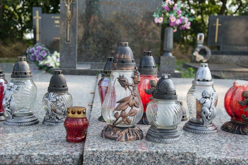 奉献的蜡烛在坟墓的灯笼在斯洛伐克公墓 所有Saints& x27;天 诸圣日严肃  所有前夕尊敬 免版税库存照片
