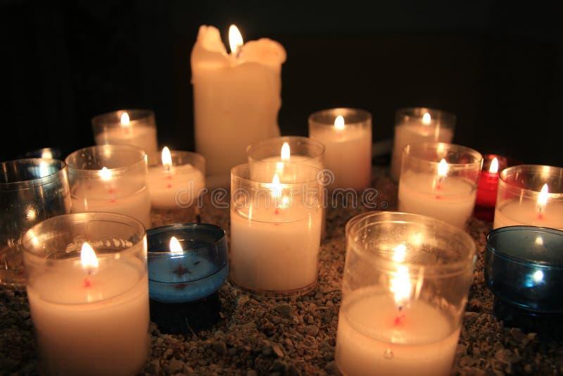 奉献的蜡烛在教会里 图库摄影