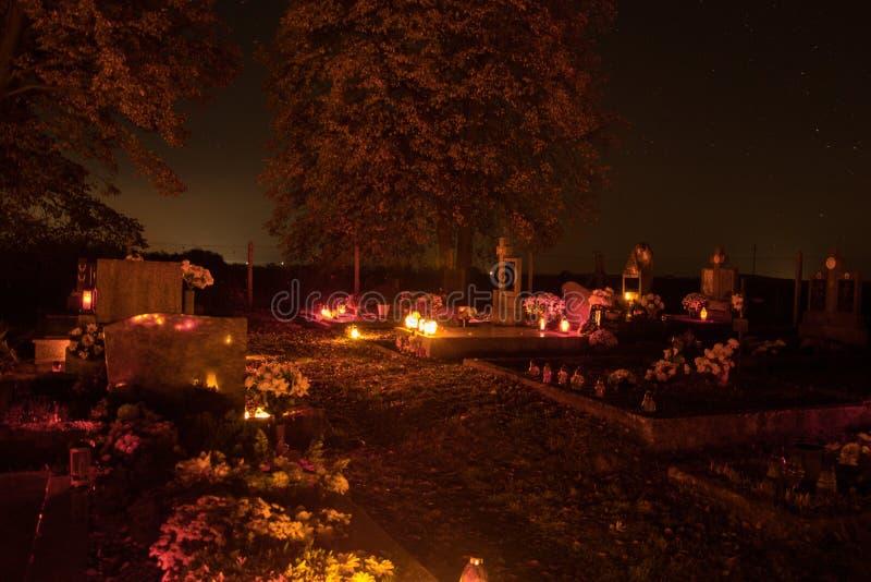 奉献的蜡烛烧在坟墓的灯笼在斯洛伐克公墓在夜间 所有Saints& x27;天 诸圣日严肃  免版税库存照片