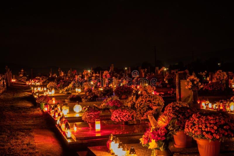 奉献的蜡烛烧在坟墓的灯笼在斯洛伐克公墓在夜间 所有Saints& x27;天 诸圣日严肃  免版税库存图片