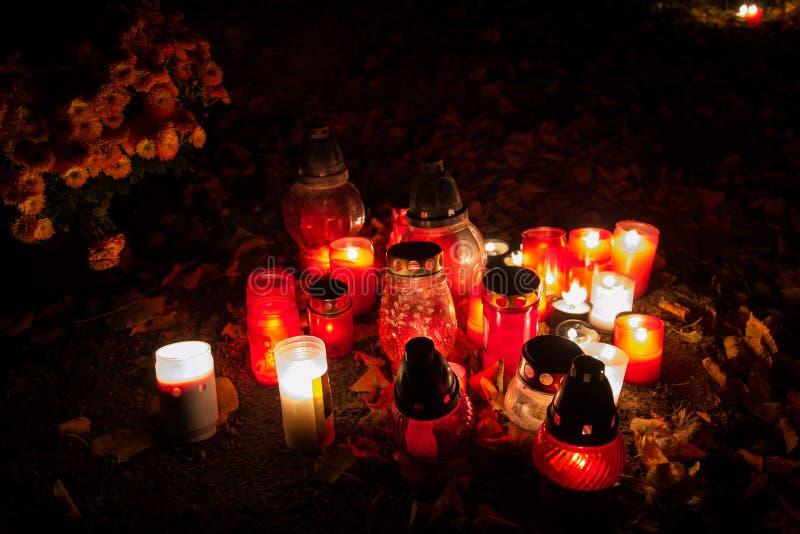 奉献的蜡烛烧在坟墓的灯笼在斯洛伐克公墓在夜间 所有Saints& x27;天 诸圣日严肃  库存图片