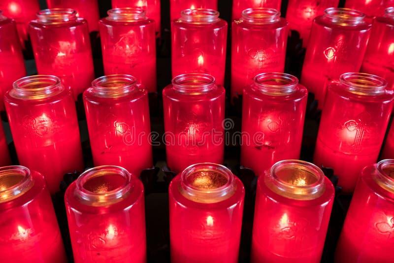 奉献的蜡烛行在天主教会里 库存照片