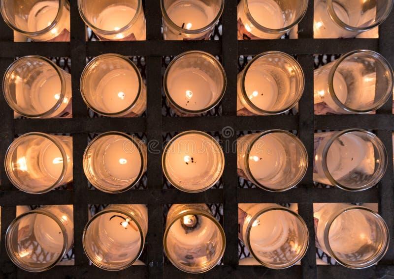 奉献的蜡烛行在天主教会里 库存图片