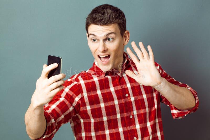 兴奋的年轻运动员问好在乐趣的selfie 免版税库存图片