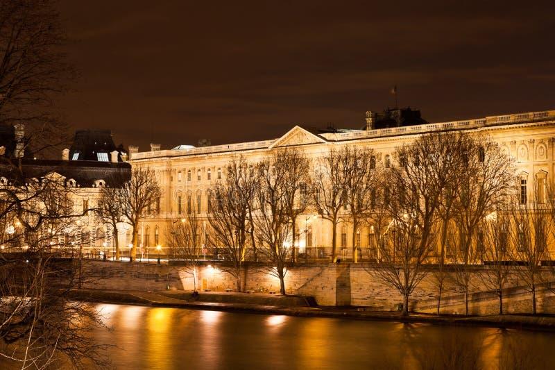 Quai du louvre在巴黎在晚上 免版税库存照片