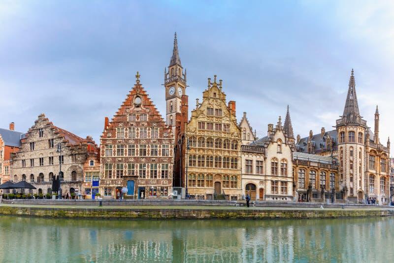 奎伊Graslei全景在跟特镇,比利时 免版税库存图片