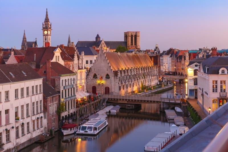 奎伊Graslei早晨,跟特镇,比利时 免版税图库摄影