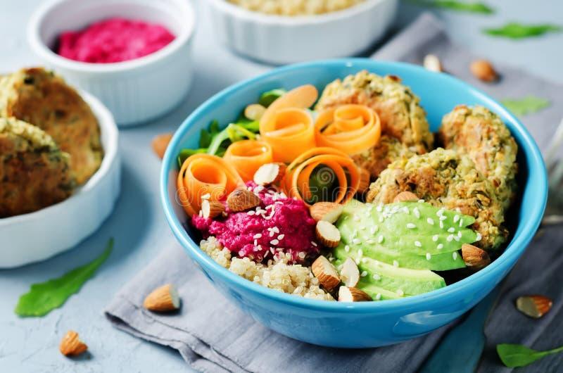奎奴亚藜甜菜Hummus沙拉三明治碗 库存照片