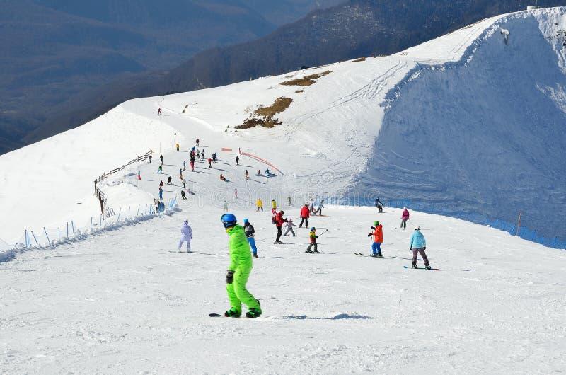 索契、俄罗斯, 2月, 27, 2016年,人滑雪和雪板运动在滑雪胜地罗莎Khutor 库存图片