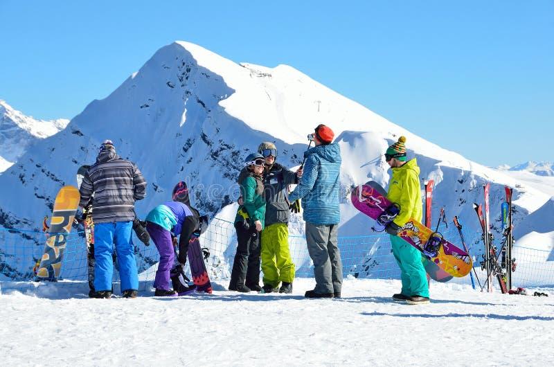 索契、俄罗斯, 2月, 29, 2016年,人滑雪和雪板运动在滑雪胜地罗莎Khutor 库存照片