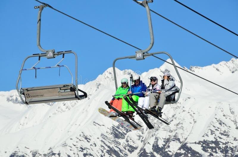 索契,俄罗斯, 2016年2月, 29日,人们在滑雪胜地罗莎Khutor放松 库存图片
