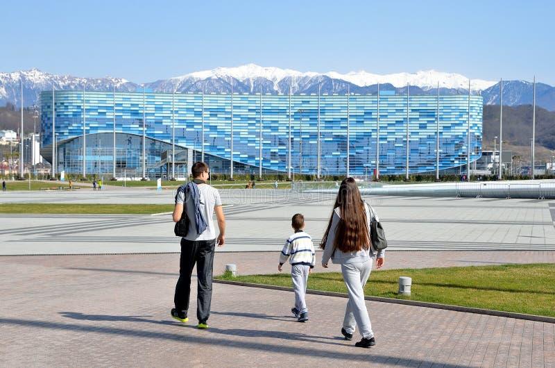 索契,俄罗斯, 2016年3月, 01日,走在冰宫殿冰山附近的人们在索契奥林匹克公园 免版税库存照片