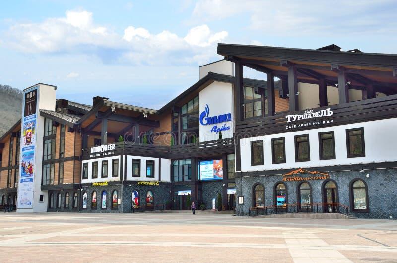 索契,俄罗斯, 2016年3月, 3日,滑雪中心Alpika在Krasnaya Polyana,更低的缆车驻地 免版税库存图片