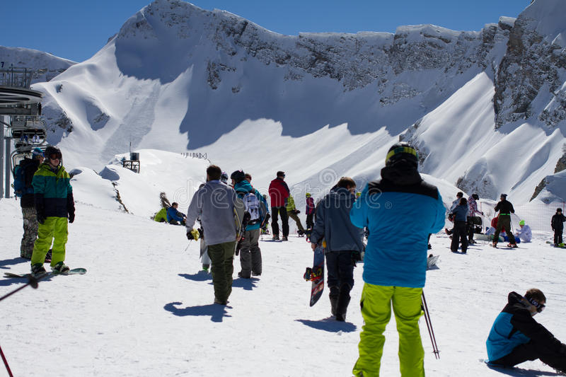 索契,俄罗斯- 2014年3月22日:滑雪的游人 库存照片