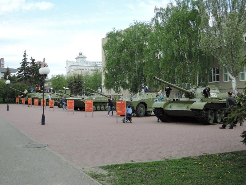 奔萨,俄罗斯- 2017年5月08日:在军事征募办公室,奔萨附近的坦克 在板材上被写作战和技术 免版税库存照片