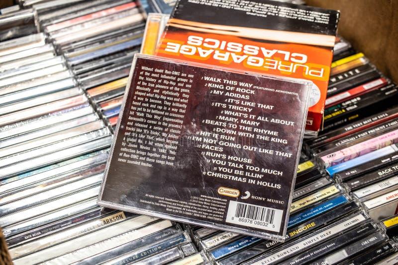 奔跑DMC CD的册页步行这样,在显示最好待售,著名美国Hip Hop小组 免版税库存图片