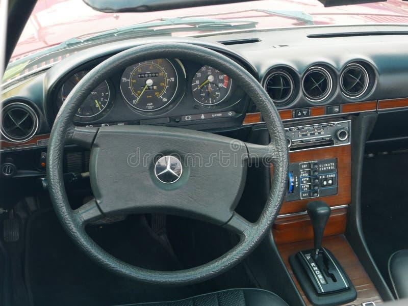 奔驰车450 SL的内部在利马停放了 免版税库存照片