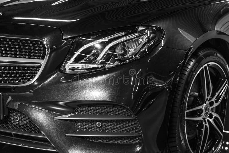 奔驰车E 400 AMG 4Matic小轿车的正面图2018年 汽车外部细节 黑色白色 库存照片