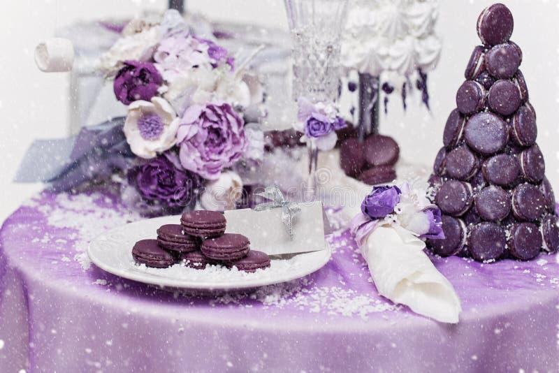 套三个婚姻的croquembouche蛋糕 库存图片